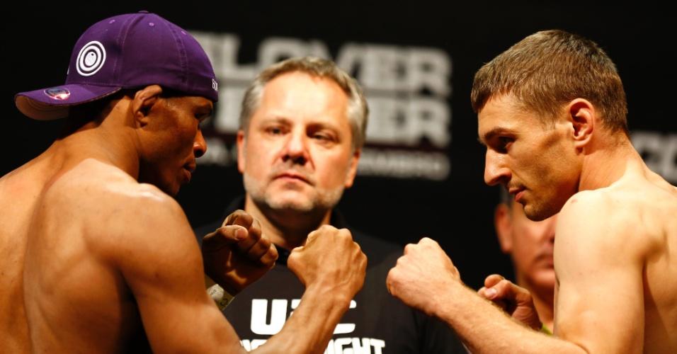 3.set.2013 - Francisco Massaranduba e Piotr Hallmann se encaram após a pesagem para o combate no UFC BH