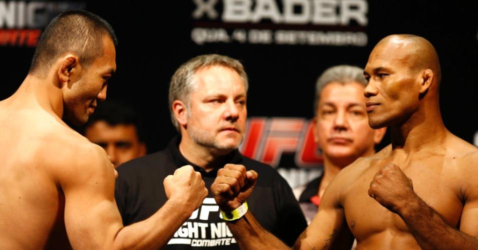 3.set.2013 - Japonês Yushin Okami e o brasileiro Ronaldo Jacaré se encaram após a pesagem para o UFC BH
