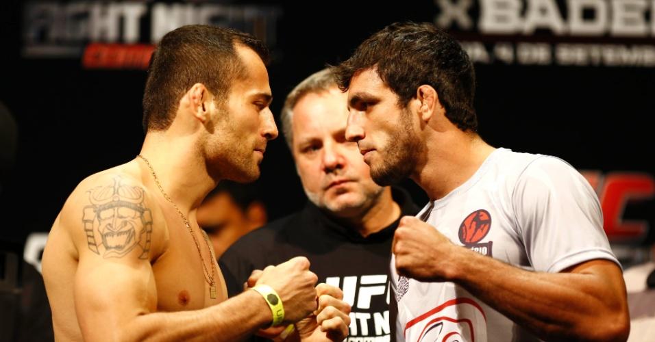 3.set.2013 - João Zeferino e Elias Silvério, que lutam no peso médio, se encaram após a pesagem para o UFC BH