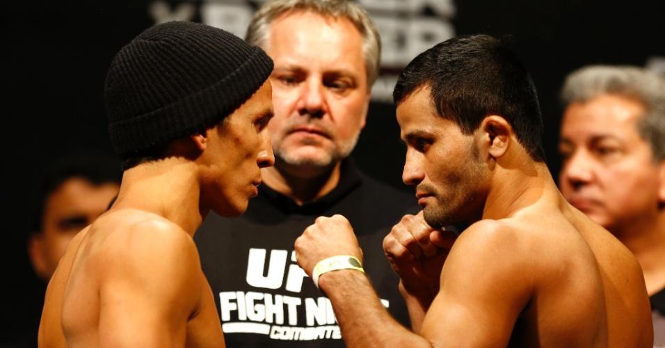 3.set.2013 - Joseph Benavidez e Jussier Formiga se encaram após a pesagem para o UFC BH