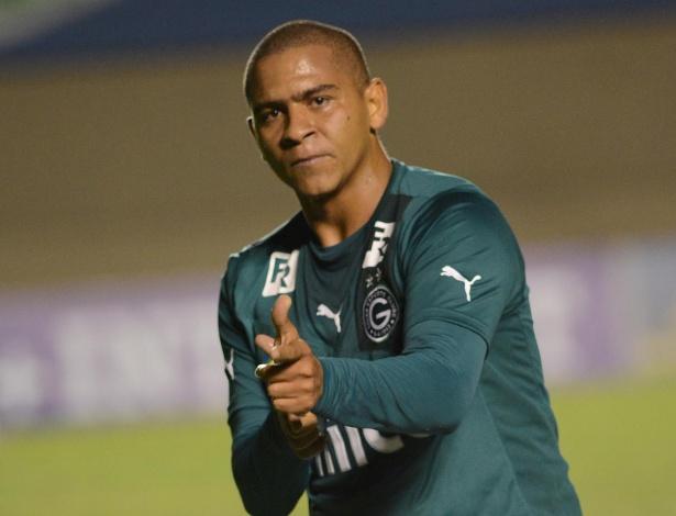 Walter comemora seu primeiro gol na partida entre Goiás e Grêmio, pela 18ª rodada do Brasileirão