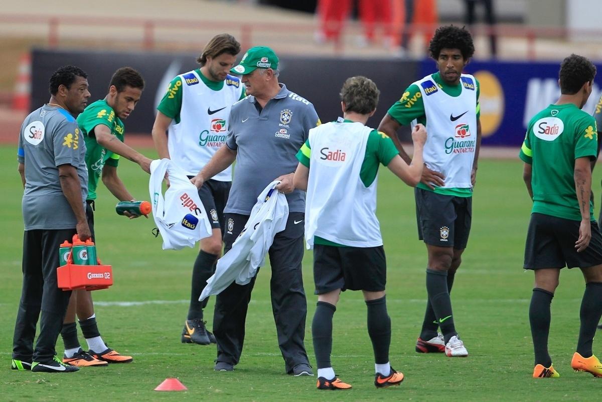 04.09.2013 - Técnico Luiz Felipe Scolari distribui coletes para os jogadores durante o treino da seleção brasileira em Brasília