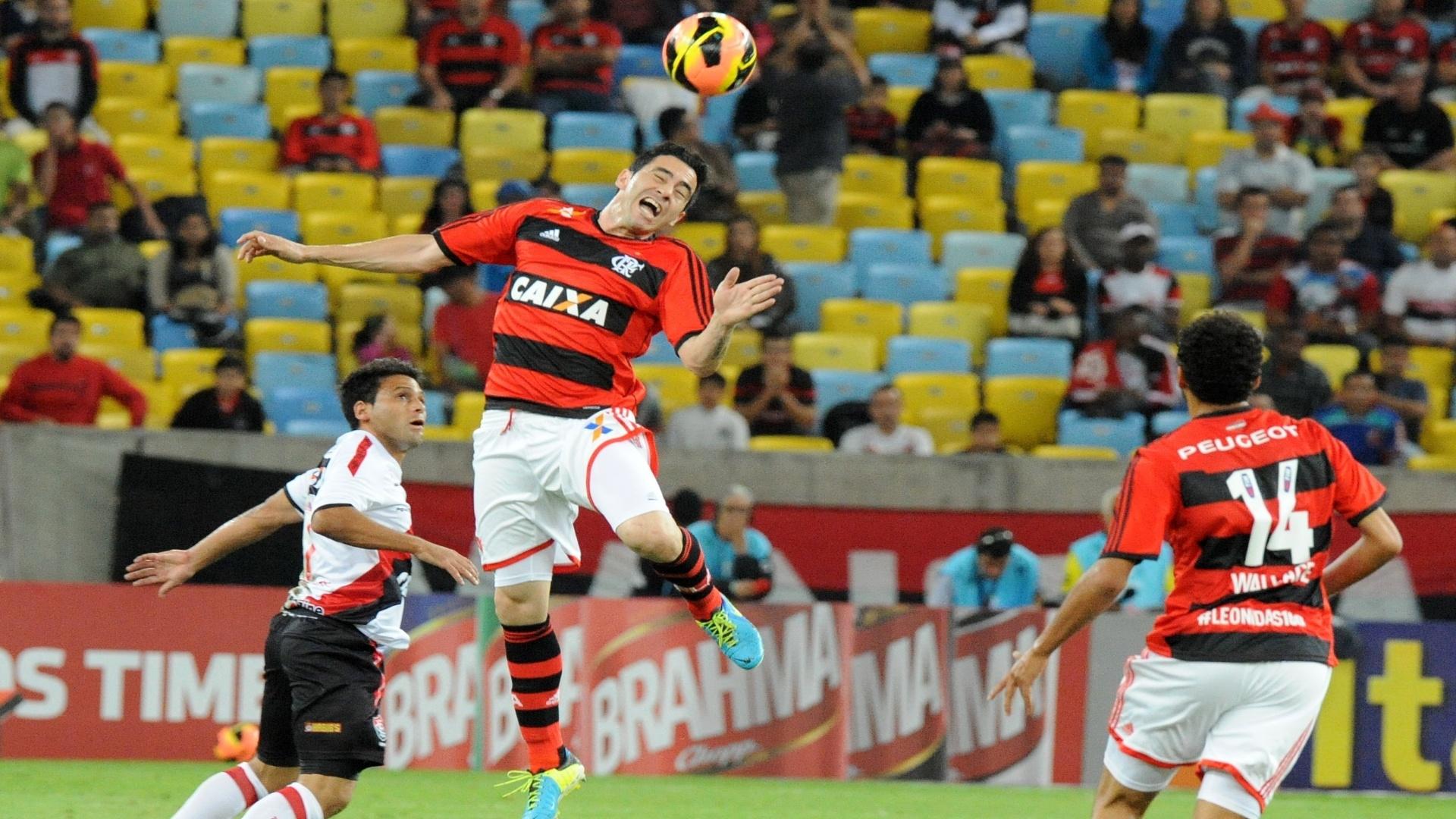 04.set.2013 - Chicão, do Flamengo, e maxi Biancucchi, do Vitória, disputam a bola em jogo válido pela 18ª rodada do Brasileirão