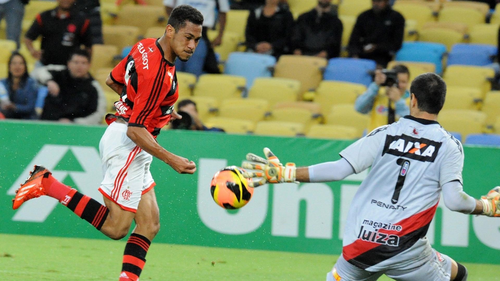 04.set.2013 - Hernane marcou duas vezes na partida entre Flamengo e Vitória