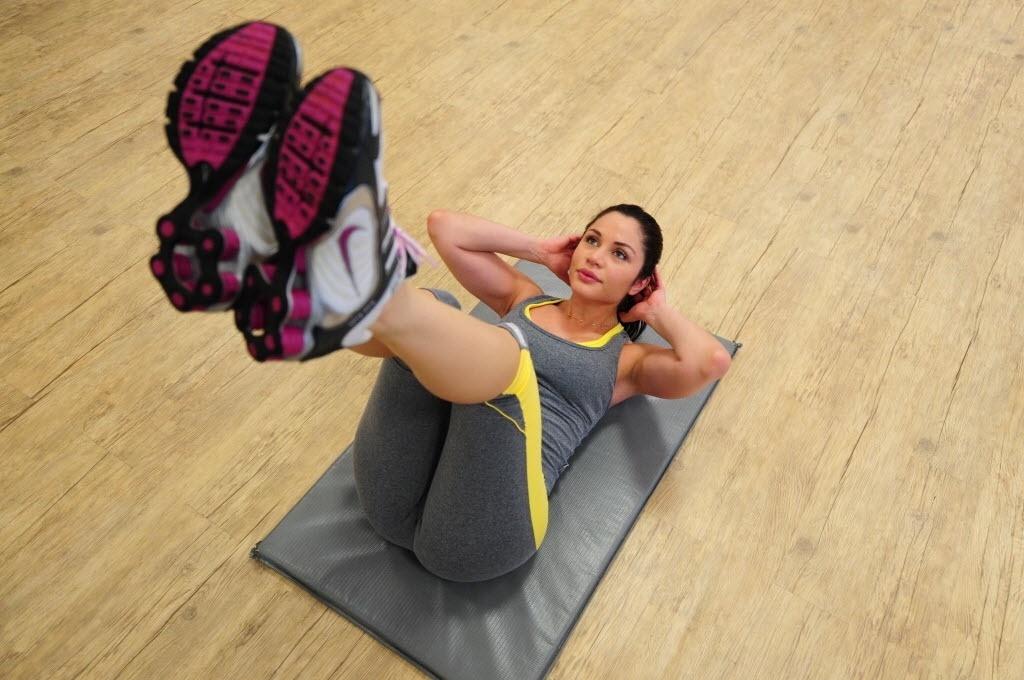 09.09.2013 - Campeã do BBB 11, Maria Melilo faz abdominal após treino de boxe em academia de SP