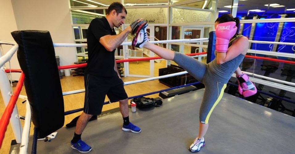09.09.2013 - Maria Melilo treina chutes instruída por um personal trainer durante treino de boxe