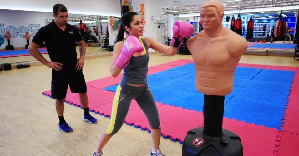 09.09.2013 - Maria soca o boneco de borracha durante treinamento de boxe em São Paulo