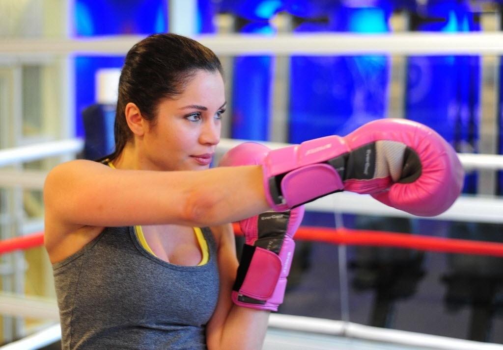 09.09.2013 - Maria Melilo durante treinamento de boxe com personal trainer em academia de São Paulo