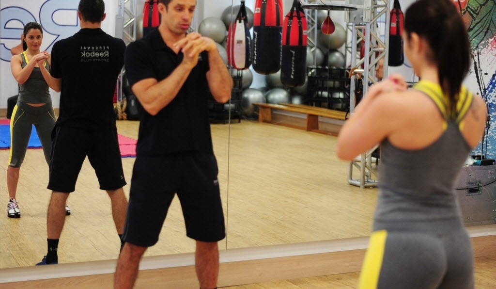 09.09.2013 - Maria Melilo, campeã do BBB 11, realiza alongamento com seu personal trainer antes de treino de boxe