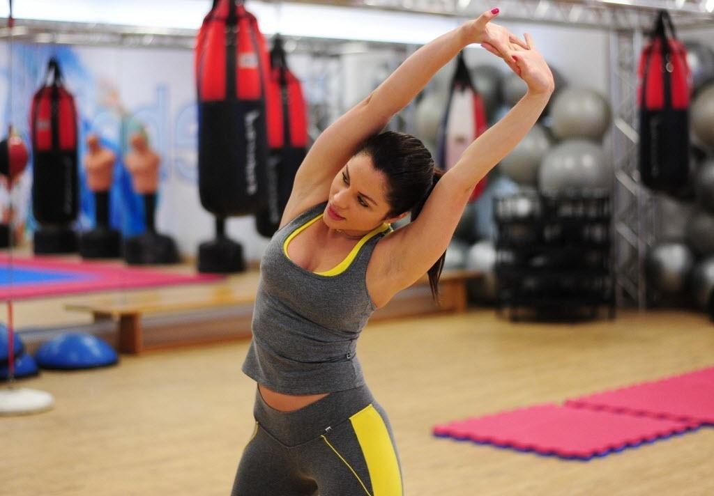 09.09.2013 - Maria Melilo, campeã do BBB 11, se alonga antes de começar treino de boxe em academia de São Paulo