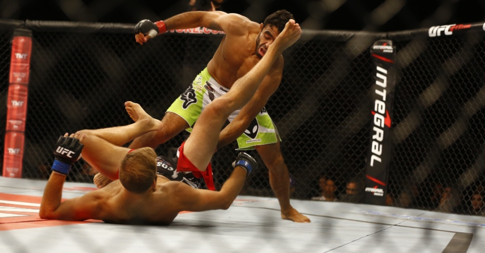 Rafael Natal, o Sapo, desfere golpes no sueco Tor Troéng durante o UFC BH