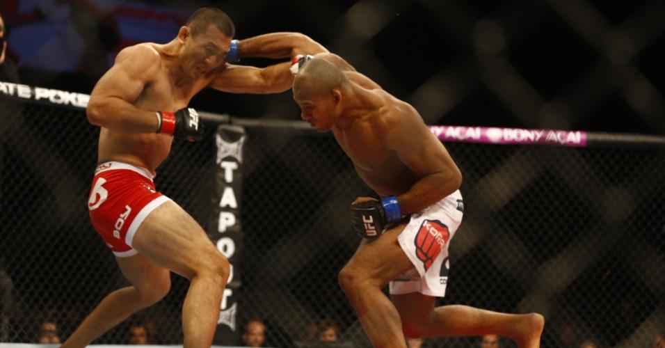 Ronaldo Souza (shorts branco), o Jacaré, enfrenta o japonês Yushin Okami