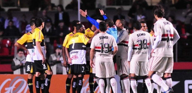 São Paulo foi derrotado por 2 a 1 pelo Criciúma, no Morumbi, e perdeu chance de deixar Z-4