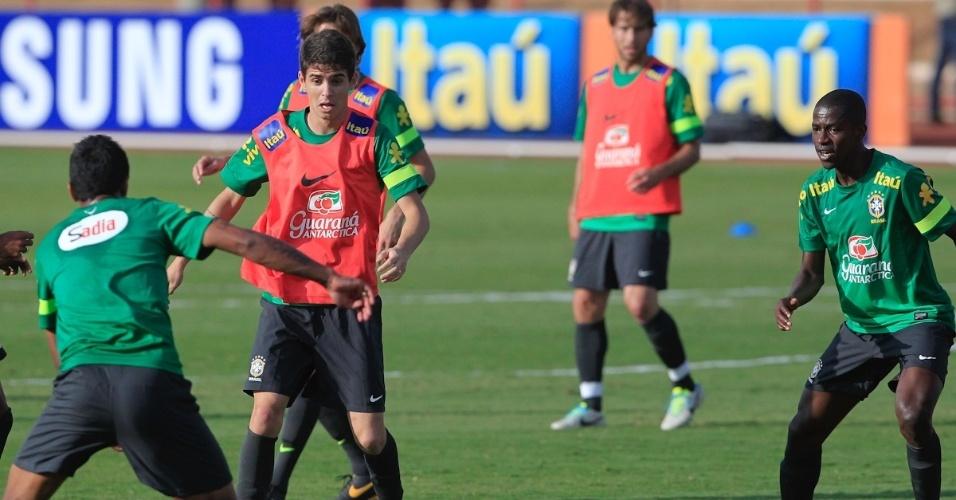 05.set.2013 - Oscar durante treinamento da seleção brasileira