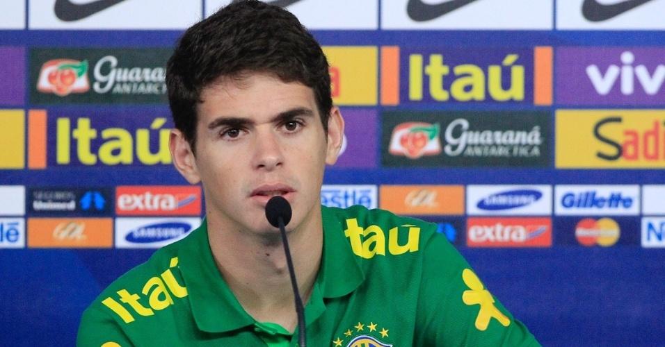 05.set.2013 - Oscar falou com os jornalistas antes do amistoso entre Brasil e Austrália