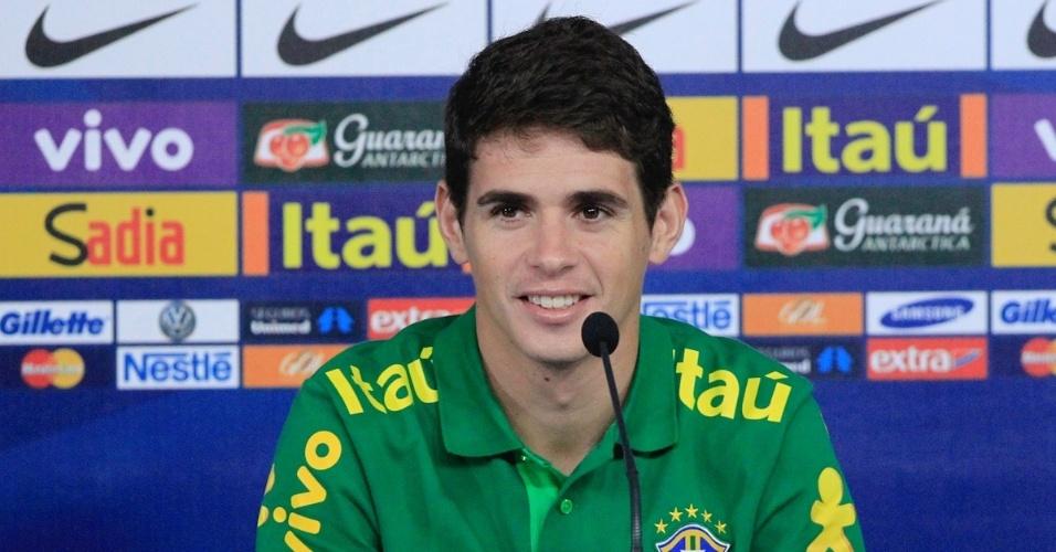 05.set.2013 - Oscar sorri enquanto concede entrevista coletiva pela seleção brasileira