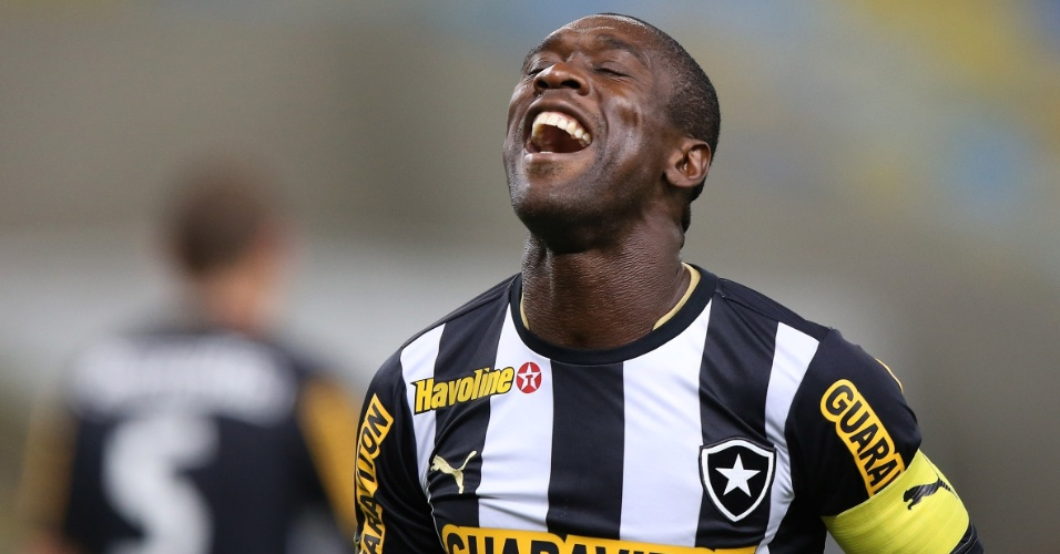 05.set.2013 - Seedorf sorri durante o jogo entre Botafogo e Coritiba pelo Campeonato Brasileiro