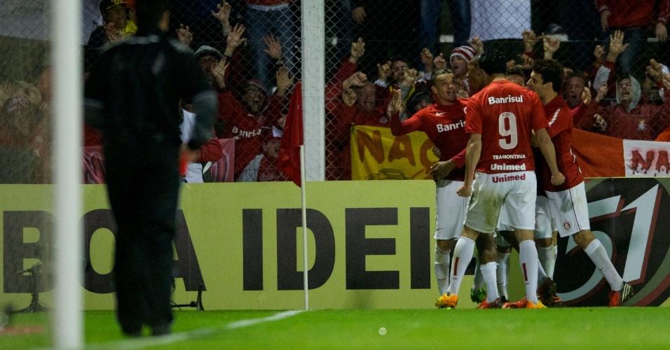 D'Alessandro comemora com time do Inter gol em cima do Corinthians (04/09/13)