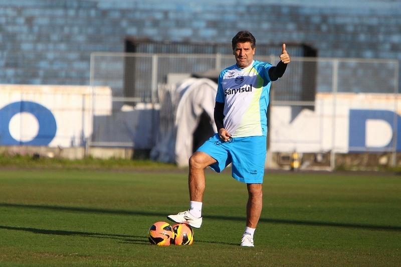 Renato Gaúcho faz sinal de positivo em treinamento do Grêmio