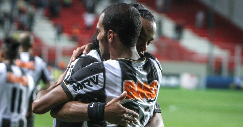 Ronaldinho Gaúcho abraça Richarlyson após marcar o segundo gol do Atlético-MG no empate com o Fluminense (4/9/2013)