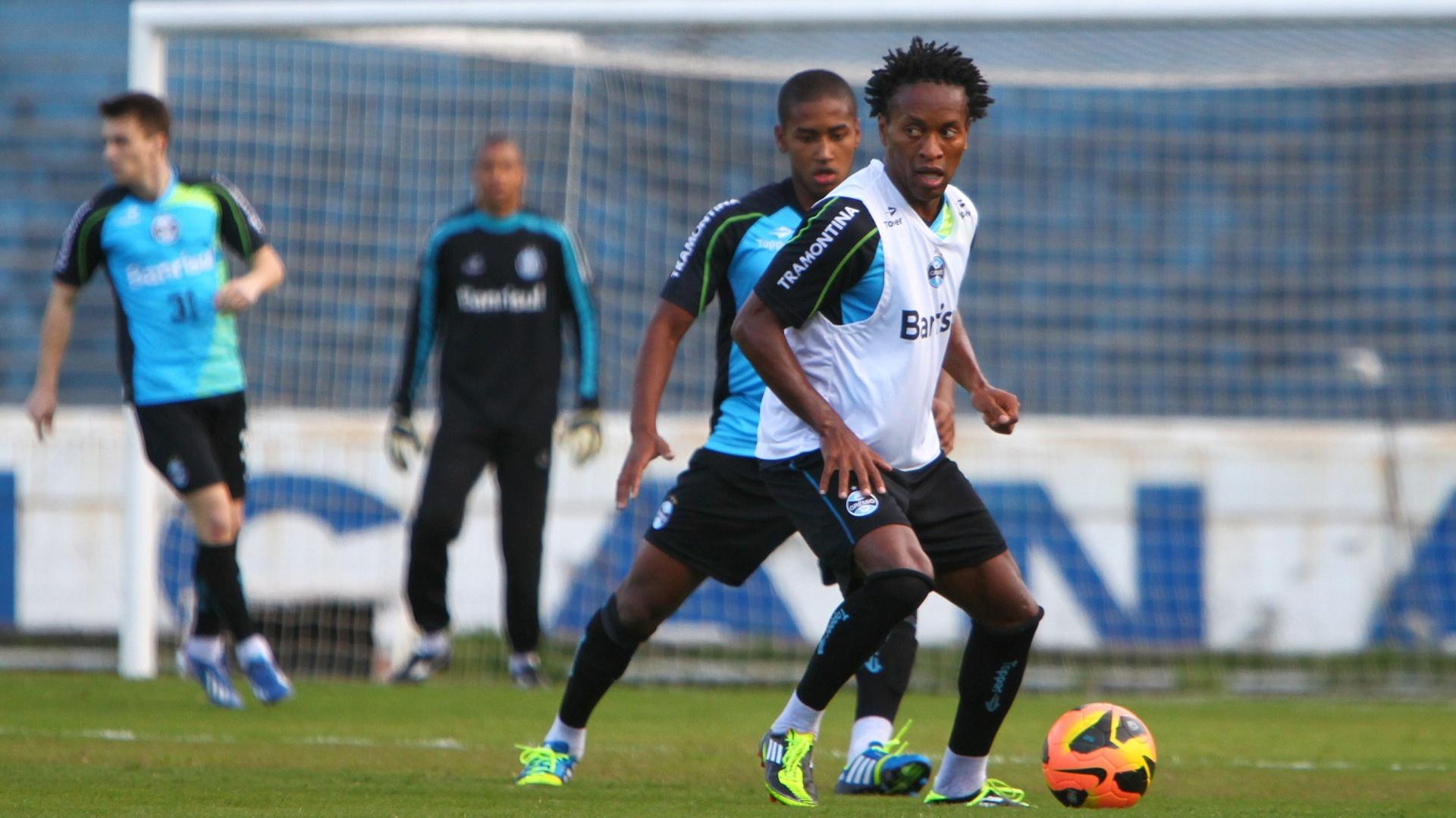 Zé Roberto disputa bola em treinamento do Grêmio e fica à disposição no Grêmio