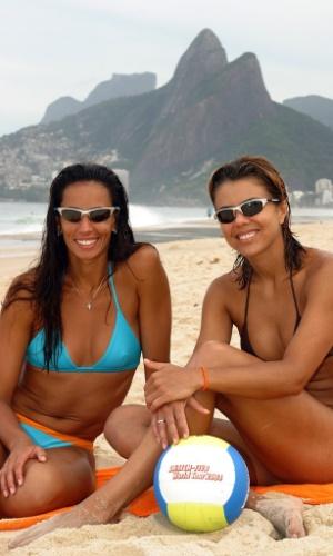 02.jun.2005 - Ana Paula (e) e Leila são fotografadas após treino da dupla de vôlei de praia no Rio de Janeiro. Elas se preparavam para o Circuito Mundial