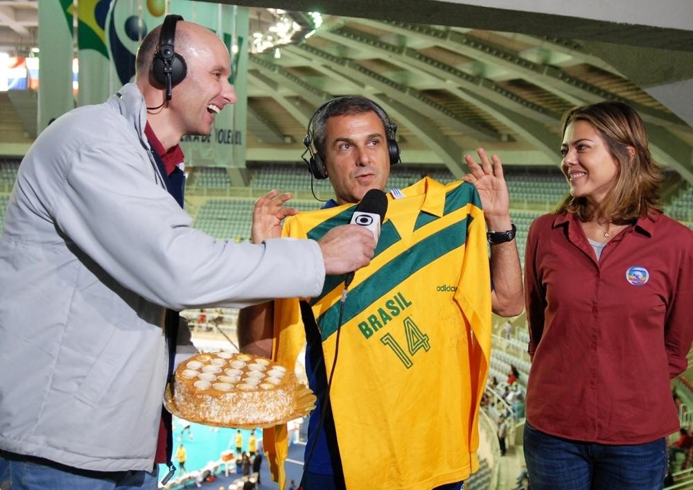 03.ago.2009 - Técnico José Roberto Guimarães (c) faz participação em transmissão de jogo da TV Globo ao lado dos ex-jogadores e comentaristas Tande (e) e Leila