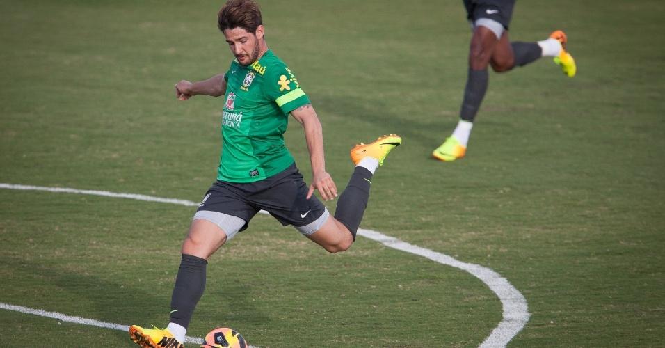 06.set.2013.- Alexandre Pato finaliza a gol durante treinamento da seleção brasileira