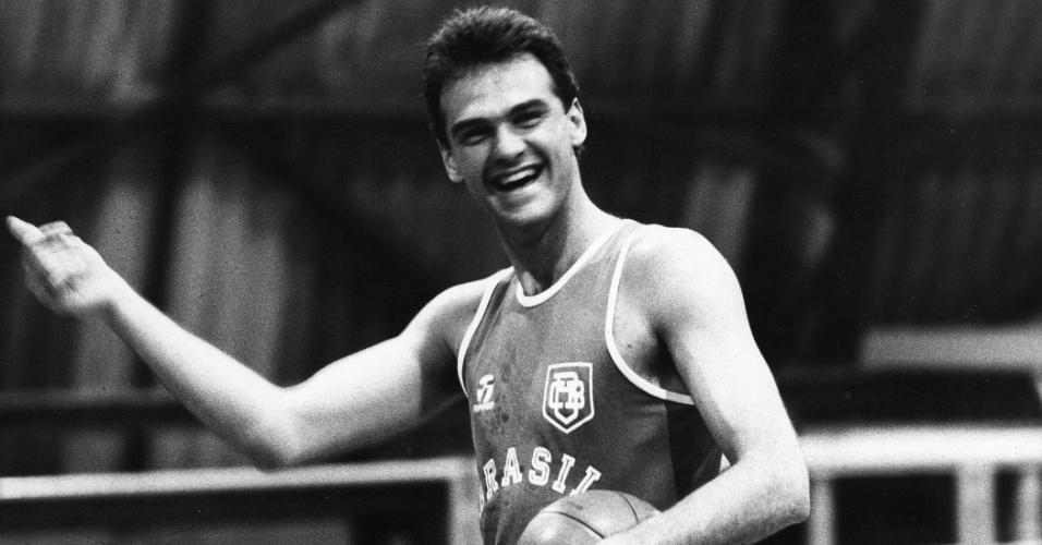 08.mai.1984 - Oscar Schmidt, em treino da seleção brasileira de basquete