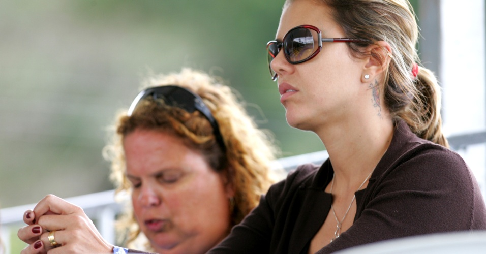 22.mar.2009 - Ex-jogadora de vôlei assiste a um jogo do marido Emanuel no Circuito Nacional de vôlei de praia
