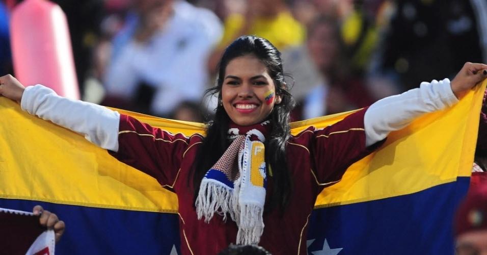 06.set.2013 - Torcedora da Venezuela pinta o rosto para apoiar a seleção no jogo contra o Chile pelas eliminatórias da Copa
