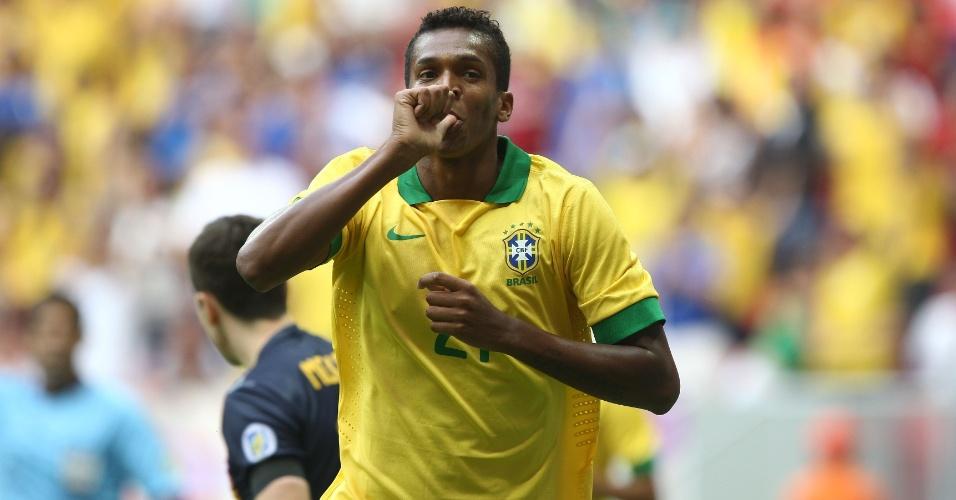 07.set.2013 - Atacante Jô marcou os dois primeiros gols da seleção brasileira contra a Austrália