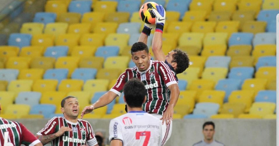 07.set.2013 - Atacante Samuel, do Fluminense, sobe para dividir com o goleiro do Bahia