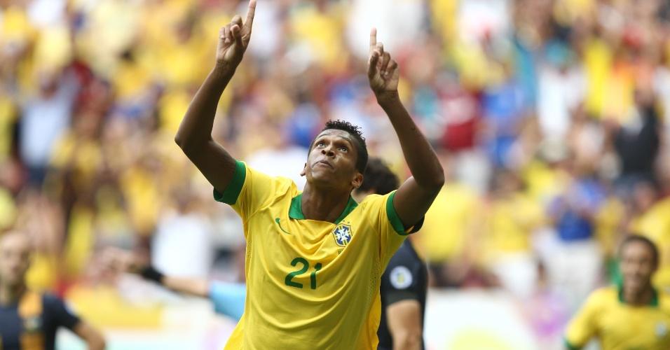 07.set.2013 - Jô comemora gol da seleção brasileira contra a Austrália