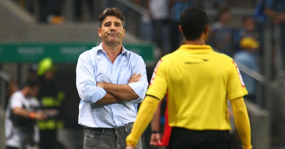 07.set.2013 - Renato Gaúcho, técnico do Grêmio, reclama com a arbitragem