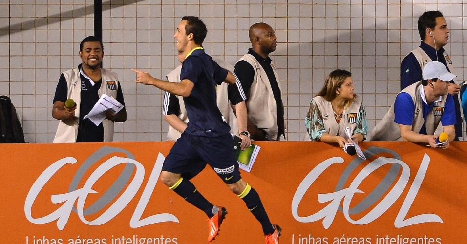 07.set.2013 - Thiago Ribeiro comemora gol da vitória do Santos sobre o Goiás