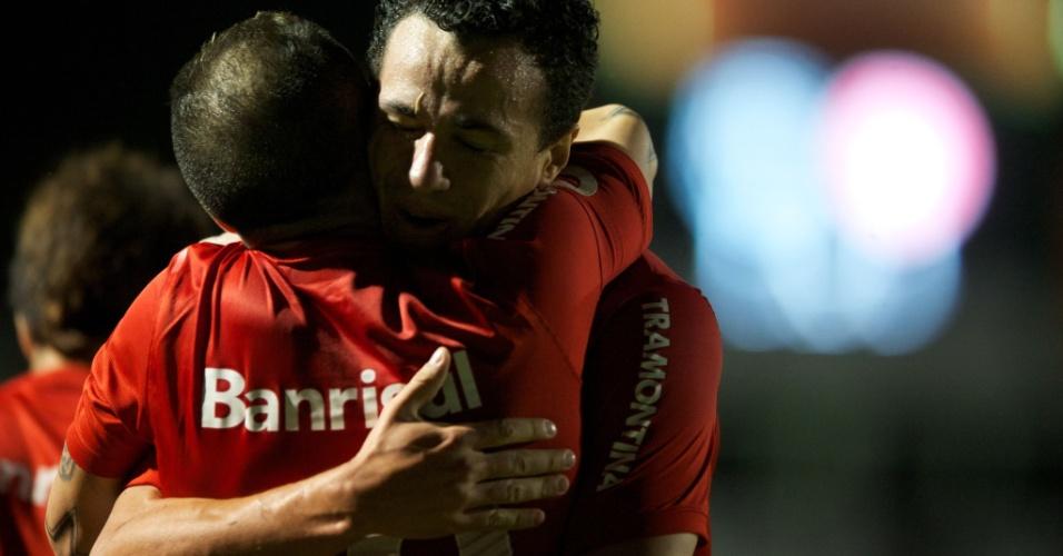 D'Alessandro e Leandro Damião comemoram gol em cima da Ponte Preta (07/09/13)