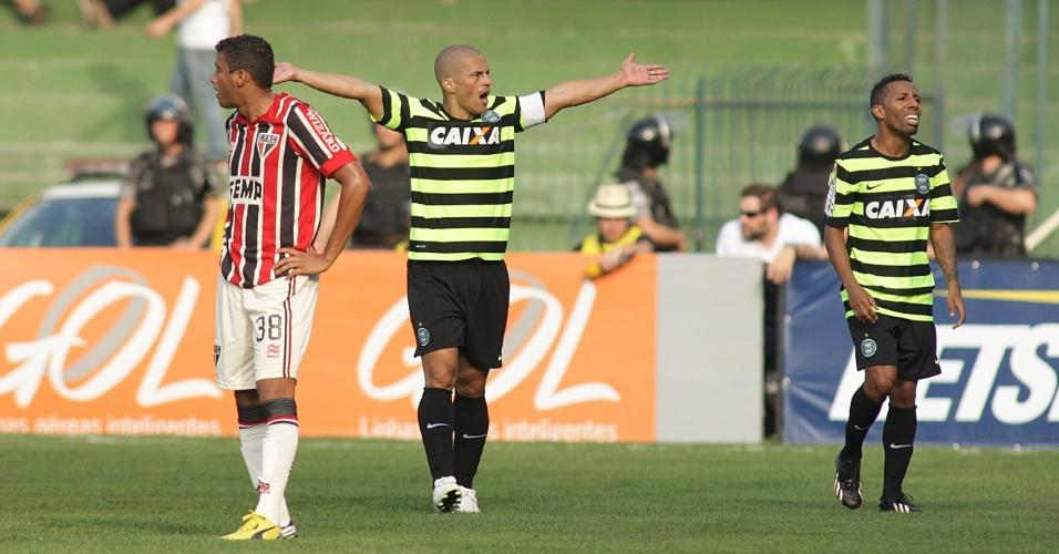 08.set.2013 - Alex marcou duas vezes para o Coritiba contra o São Paulo neste domingo, no Couto Pereira