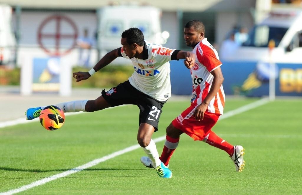 08.set.2013 - Corinthians e Náutico fizeram um início de jogo sem emoções no Pacaembu, em São Paulo, pela 19ª rodada do Campeonato Brasileiro