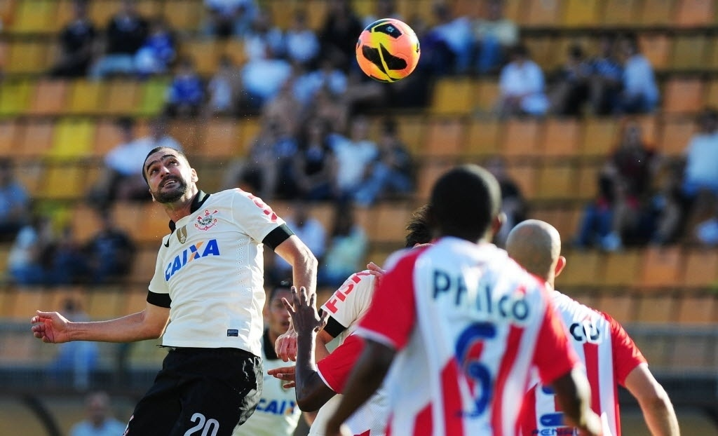 08.set.2013 - Danilo, jogando como centroavante, disputa a bola de cabeça em jogo do Corinthians contra o Náutico pelo Campeonato Brasileiro