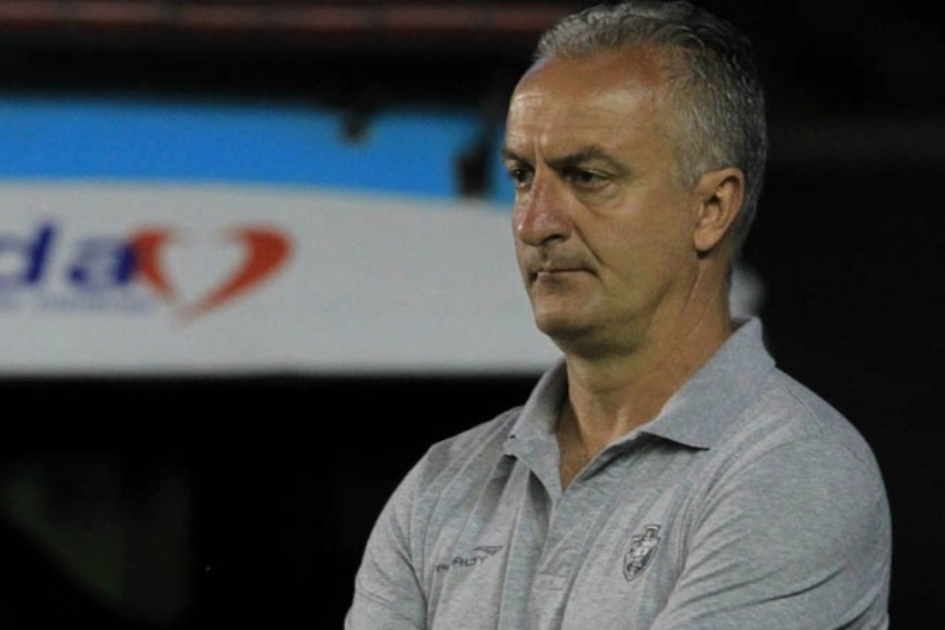 08.set.2013 - Dorival Júnior apenas observa o Vasco em jogo equilibrado contra o Atlético-PR