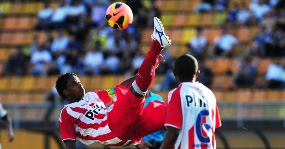 08.set.2013 - Em jogo tecnicamente fraco, Corinthians e Náutico empataram por 0 a 0 no Pacaembu pela 19ª rodada do Campeonato Brasileiro