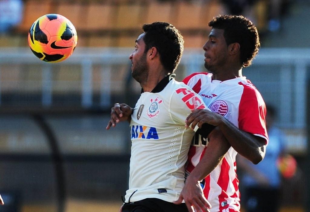 08.set.2013 - Ibson tenta dominar a bola durante o empate por 0 a 0 entre Corinthians e Náutico no Pacaembu