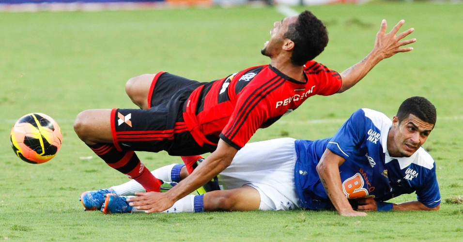 08.set.2013 - Jogo entre Cruzeiro e Flamengo, disputado no Mineirão, teve muitas jogadas ríspidas