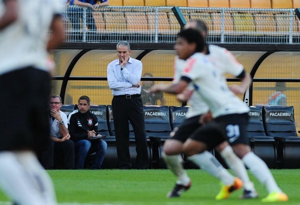 08.set.2013 - Tite observa o Corinthians, que sofreu com desfalques e empatou por 0 a 0 com o Náutico no Pacaembu