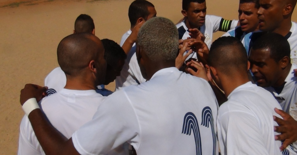 Time do Vila Izabel se reúne para o grito de guerra antes da partida, que terminou 3 a 1 para o Leões da Geolândia