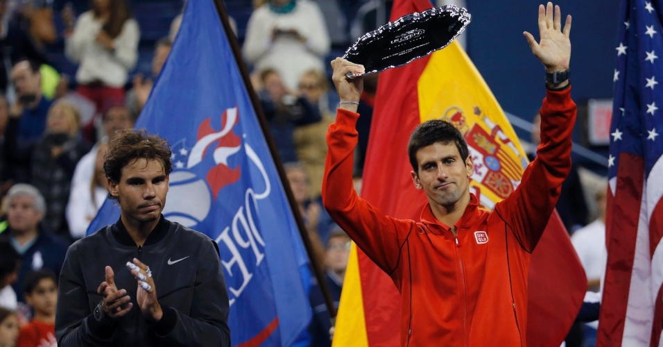 09.set.2013 - Novak Djokovic recebe o trófeu de vice-campeão do US Open