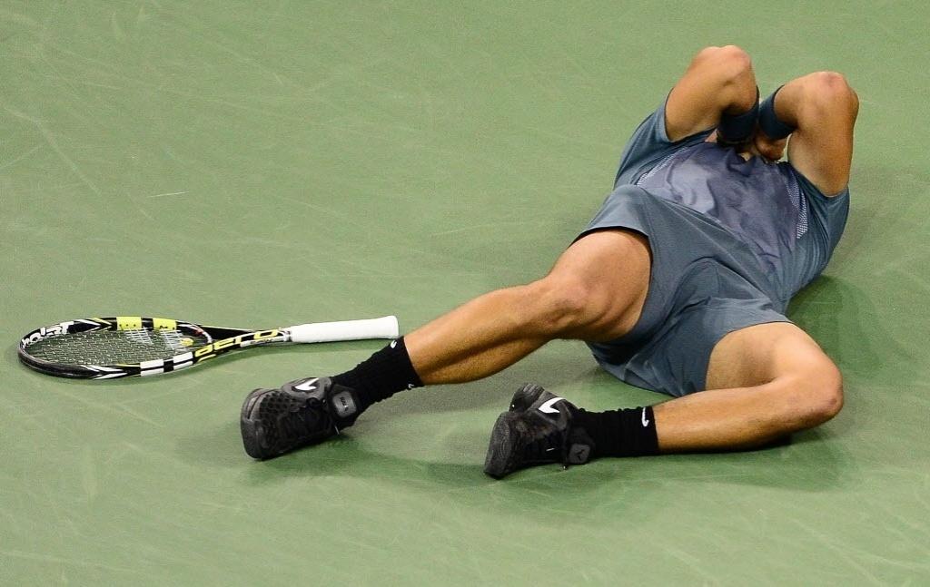 09.set.2013 - Nadal se joga na quadra central do Aberto dos EUA no momento em que conquistou seu segundo título no Grand Slam americano