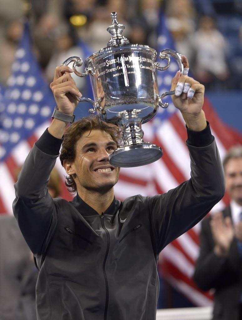 09.set.2013 - Rafael Nadal levanta o troféu do Aberto dos EUA, o segundo da carreira do espanhol