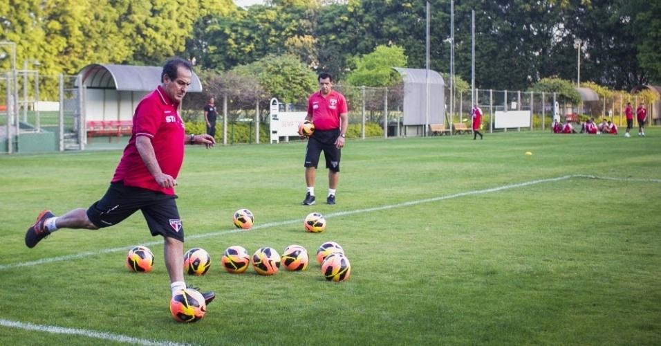 10.set.2013 - Apresentado como novo técnico do São Paulo, Muricy Ramalho comanda treino de cruzamentos na primeira atividade no clube